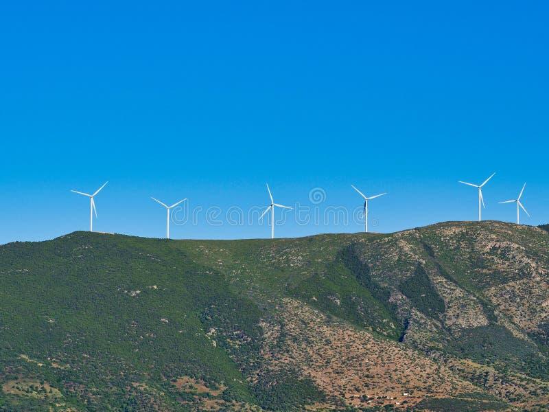 Stora vindturbiner på det grekiska berget, Grekland royaltyfri bild