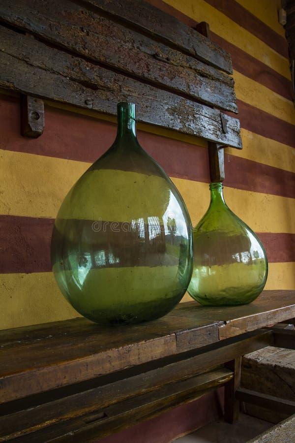 Stora vinflaskor för tappning Vinkällare, lagring av vin arkivbild