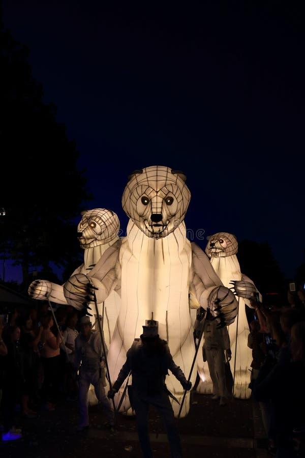 Stora vita, artificiella isbjörnar på gatan royaltyfria foton