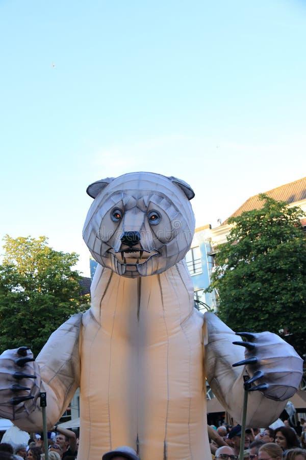 Stora vita, artificiella isbjörnar på gatan royaltyfri bild