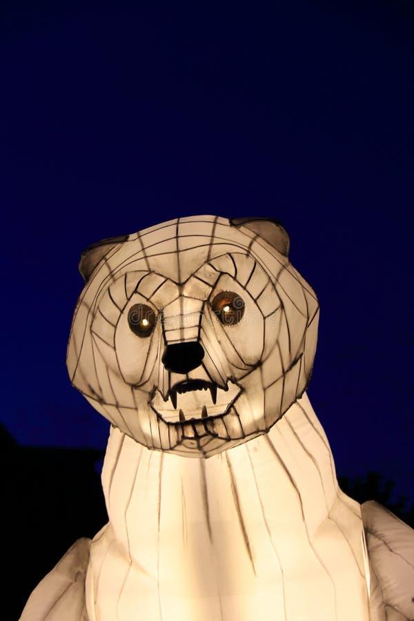 Stora vita, artificiella polbjörnhuvud på gatan på natten arkivfoton