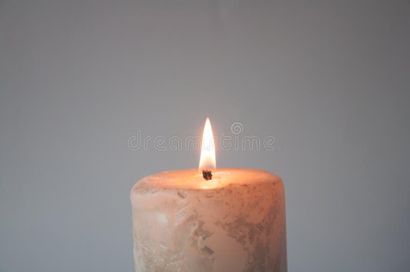 Stora vita br?nnskador f?r en stearinljus i m?rkret arkivfoto