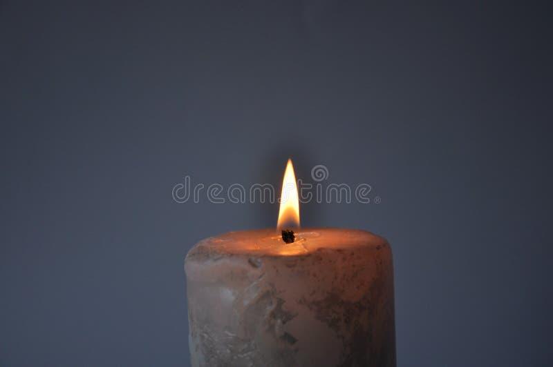 Stora vita br?nnskador f?r en stearinljus i m?rkret royaltyfria bilder
