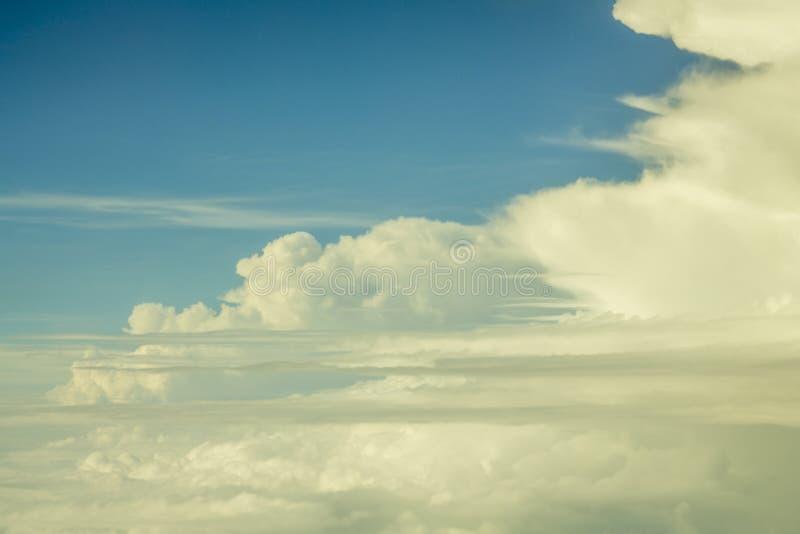 Stora vita moln mot en klar blå himmel, sikt från en stor höjd arkivfoto