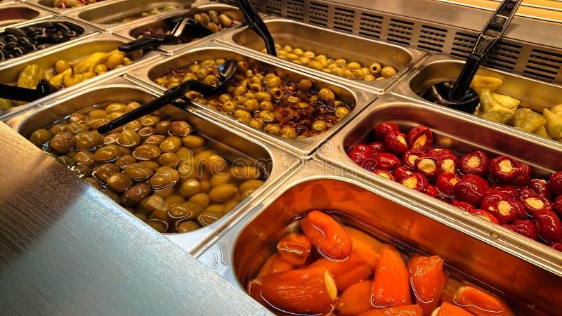 Storartad bakgrund med en salladstång med oliv sund mat royaltyfri fotografi