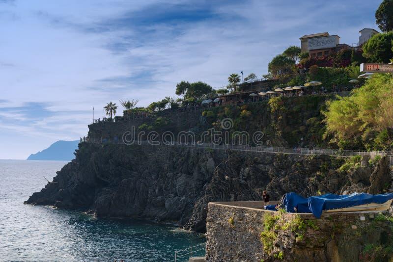 Storartad daglig sikt av den Manarola byn i en solig sommardag Manarola är en av de fem berömda byarna i Cinque Terre arkivfoton