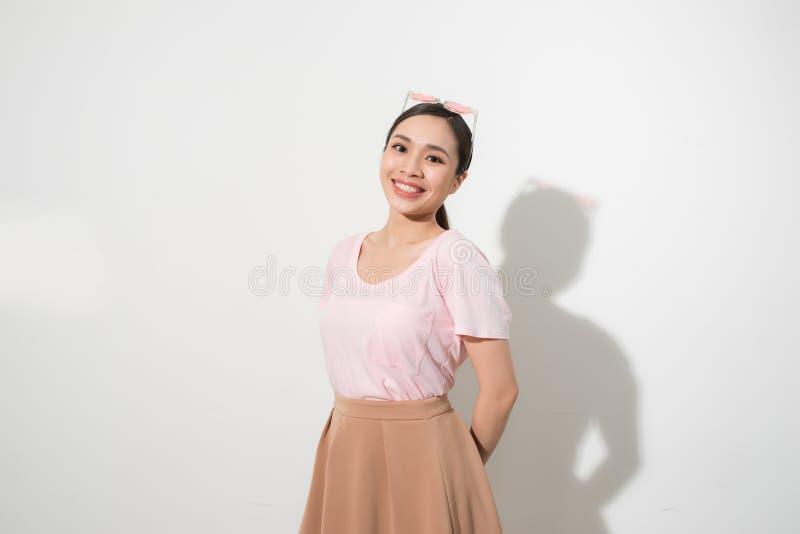 Storartad flickadans med leende i den vita studion Inomhus st?ende av den inspirerade caucasian damen i romantiskt uttrycka f?r d royaltyfri bild