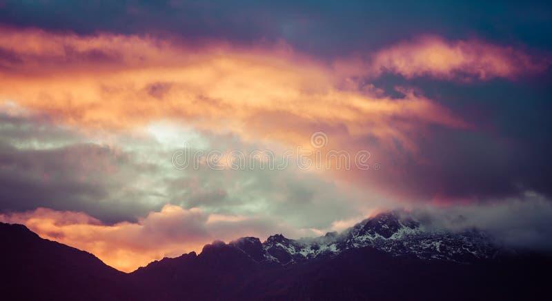 Storartad livlig solnedgång i berg av Himalayas, Nepal royaltyfria foton