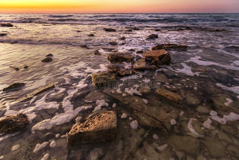 Storartad seascape under soluppgång royaltyfri bild