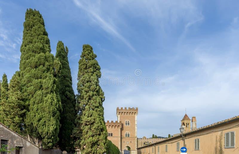 Storartad sikt av den medeltida byn och den Bolgheri slotten, Livorno, Tuscany, Italien arkivfoto