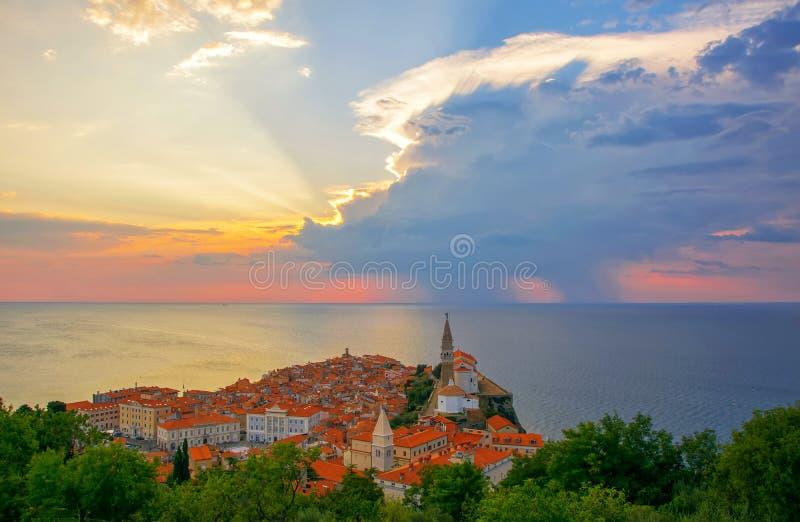 Storartad solnedgång över gammal stad av Piran, Slovenien arkivfoton