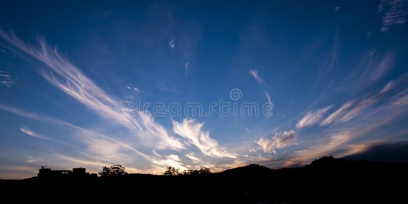 Storartad vit cirrusmolncloudscape i blå himmel australasian arkivfoton