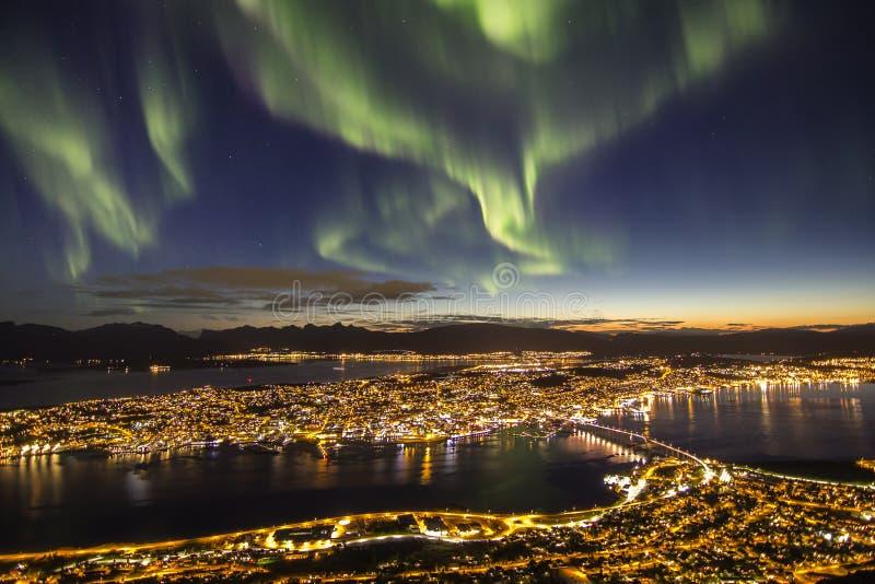 Storartade nordliga ljus ovanför Tromso, Norge arkivbild