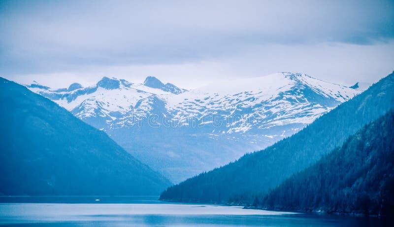 Storartade Sawyer Glacier på spetsen av Tracy Arm Fjord royaltyfri bild