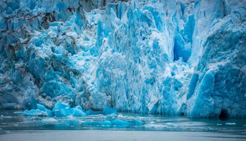 Storartade Sawyer Glacier på spetsen av Tracy Arm Fjord arkivfoto