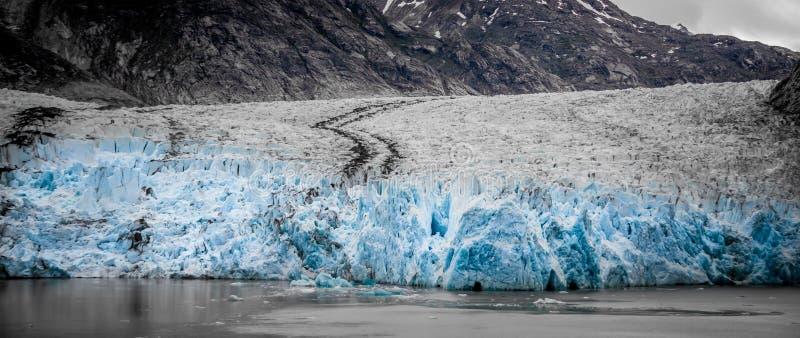 Storartade Sawyer Glacier på spetsen av Tracy Arm Fjord royaltyfri fotografi