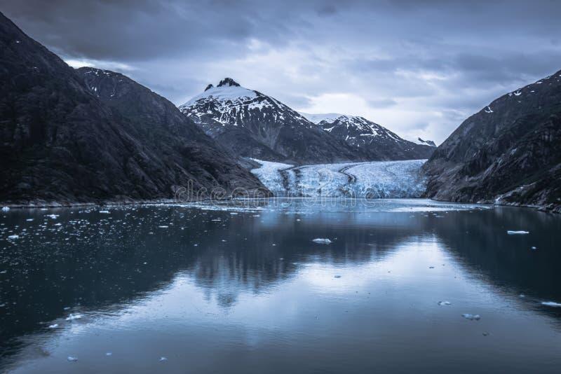 Storartade Sawyer Glacier på spetsen av Tracy Arm Fjord royaltyfria bilder