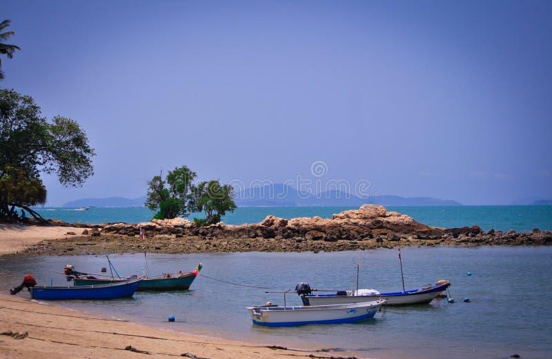 Storartade sikter av det ändlösa havet, den sandiga remsan och fartygen i Pattaya, Thailand arkivfoto