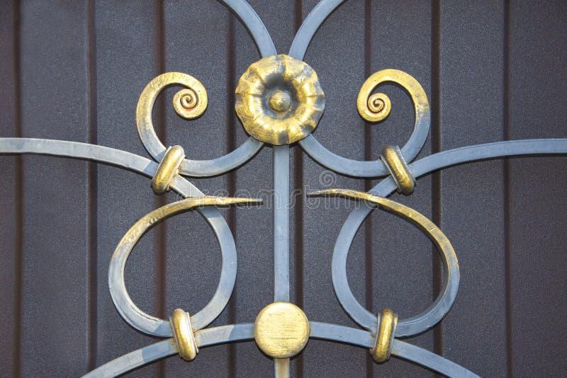 Storartade smidesjärnportar, dekorativt smide, falsk beståndsdelnärbild royaltyfri bild