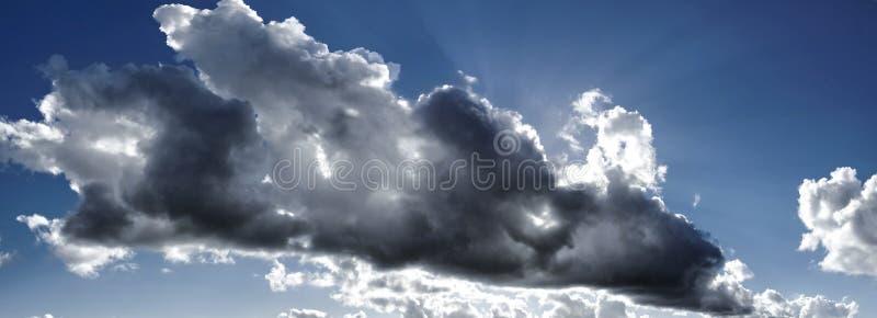 Storartat cumulonimbusmoln i blå himmel australasian fotografering för bildbyråer