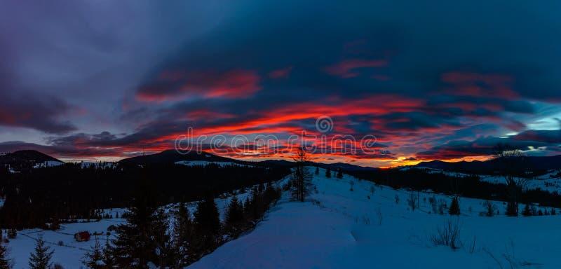 Storartat landskap av de Carpathian bergen på gryning med ljusa röda moln royaltyfria foton