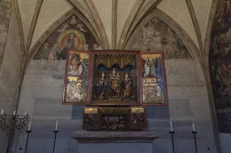 Storartat sent gotiskt träaltare från det 15th århundradet i kapellet av St Magdalena, St Magdalena Kapelle, Hall In Tirol royaltyfria bilder