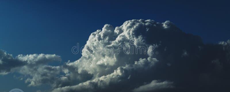 Storartat vitt Cumulonimbusmoln i blå himmel australasian royaltyfria bilder