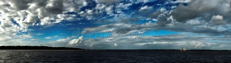 Storartat vitt nimbostratusmoln i blå himmel australasian arkivbilder