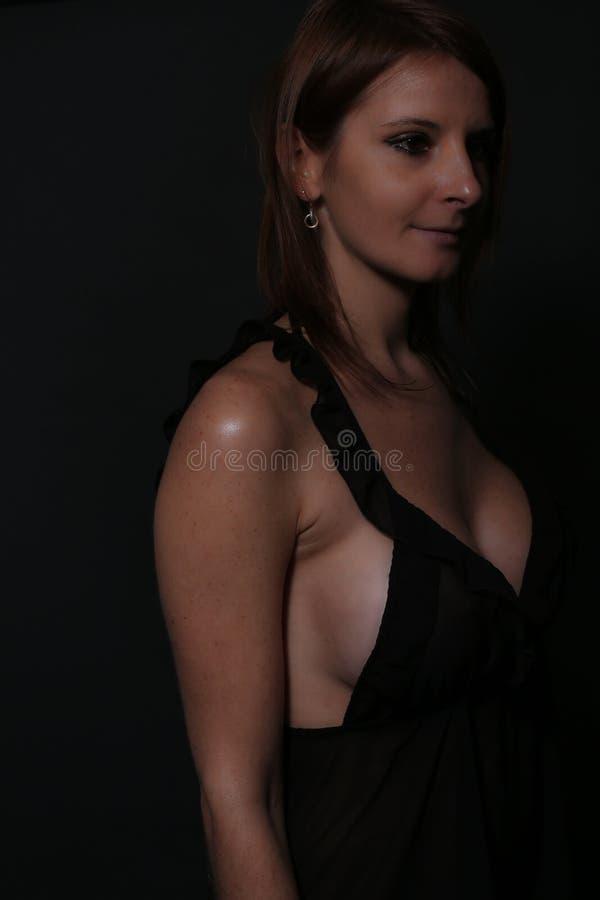 Storbystad kvinnlig som bär en svart nattlinne fotografering för bildbyråer