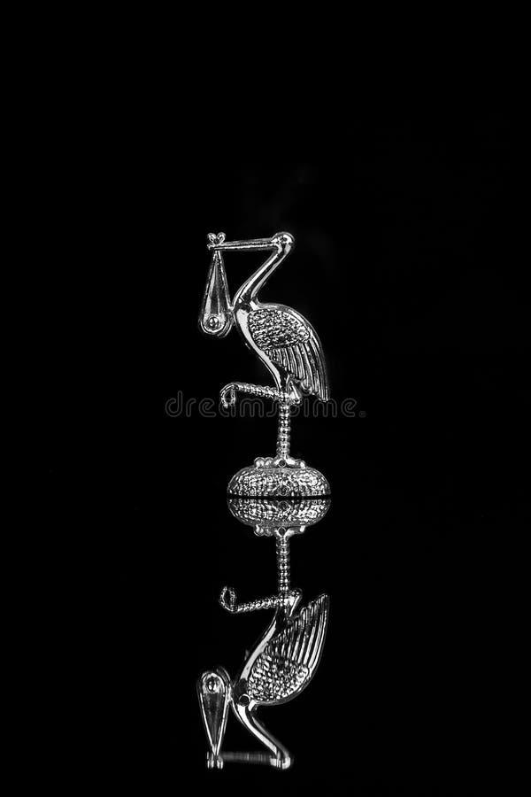 Storch auf dem schwarzen backgrand lizenzfreie stockbilder
