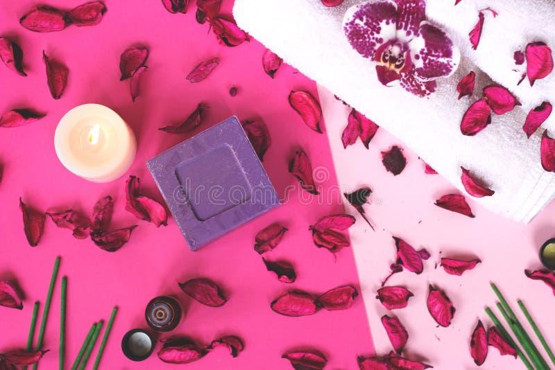 Storczykowy kwiatu, potpourri, świeczki i lawendy mydło na różowym backg, zdjęcie stock