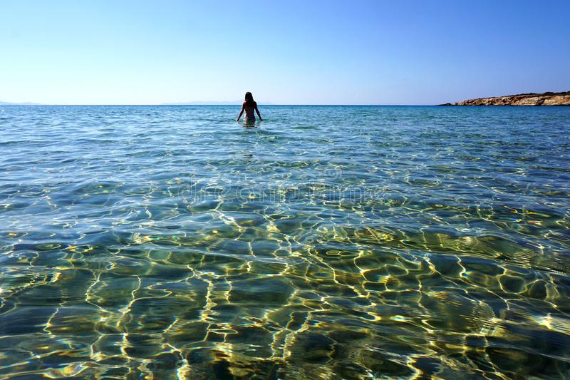 Stordian av turkosvattnet av den Kolimbithres stranden på ön av Paros royaltyfri bild