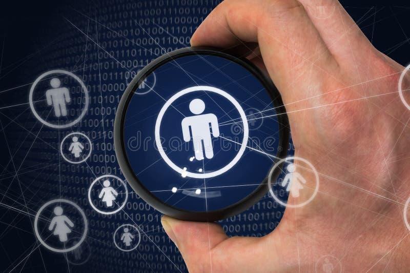 Storebror eller socialt nätverksavskildhetsbegrepp En hacker är spionera och stjäla personliga data från användarekonto arkivfoton