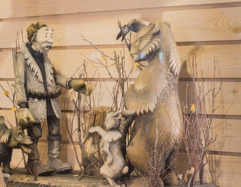storefront Composition du bois - chasseur avec l'arme à feu, le chien, l'ours et le lapin en nature St Petersburg images libres de droits