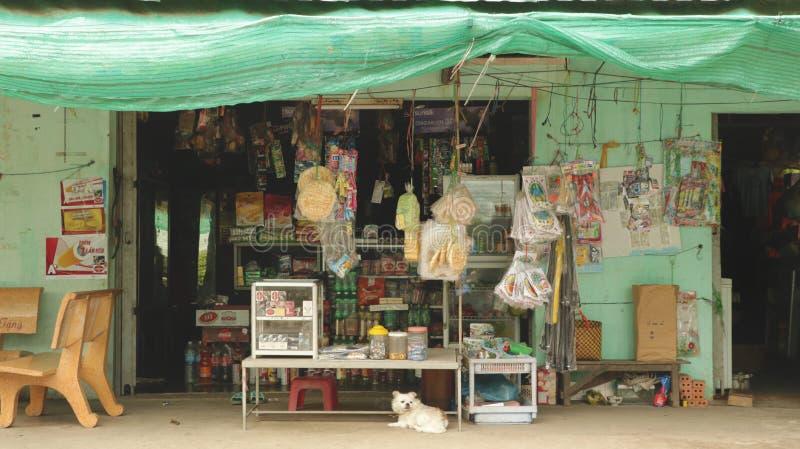 Storefront van Traditionele Kruidenierswinkelopslag in het Platteland van Vietnam stock fotografie