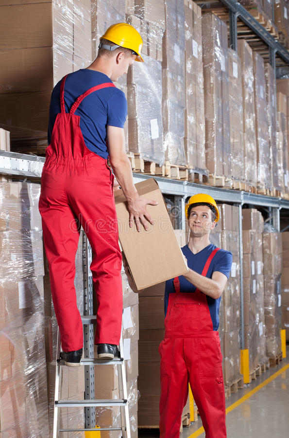 Storekeepers podczas pracy w magazynie fotografia stock