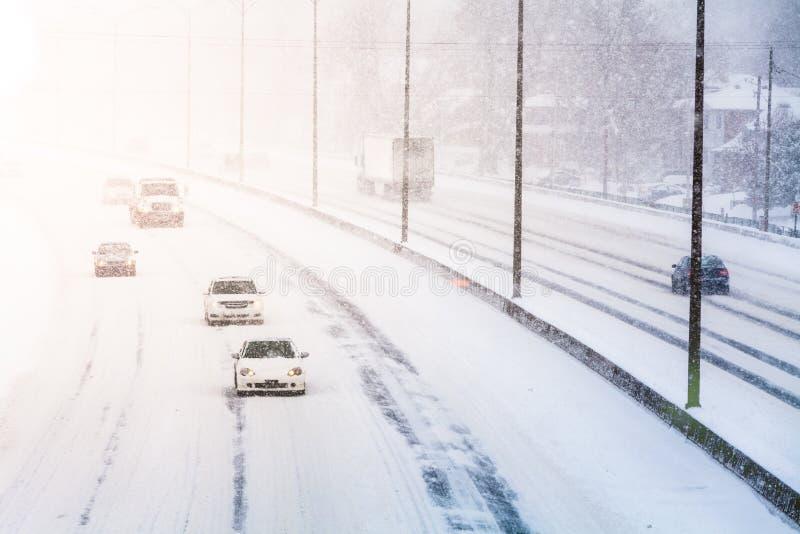 Storende Zonsonderganglicht en Sneeuwstorm op Weg stock foto's