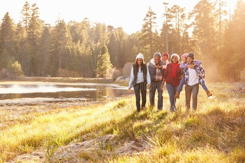 Storfamiljgrupp som går vid sjön royaltyfri bild