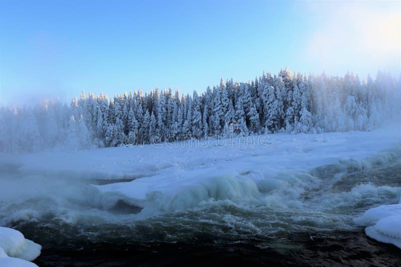 Storforsen σε ένα μυθικό χειμερινό τοπίο στοκ φωτογραφίες