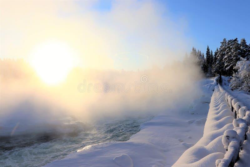 Storforsen dans un paysage fabuleux d'hiver image libre de droits