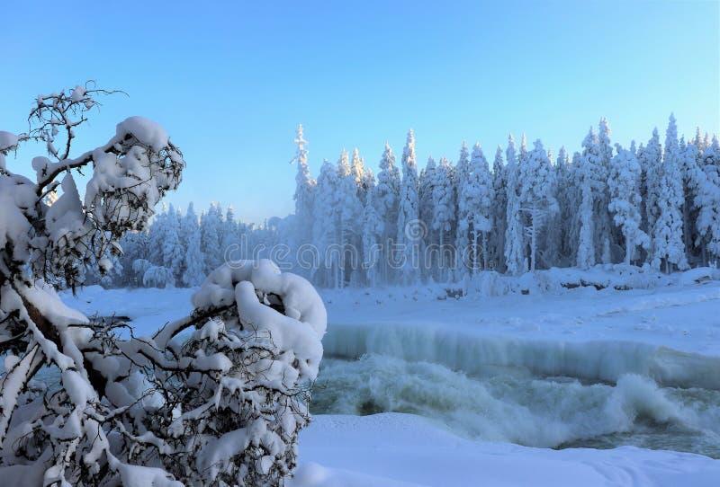 Storforsen in einer fabelhaften Winterlandschaft lizenzfreies stockbild