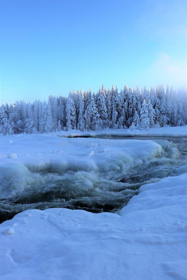 Storforsen in einer fabelhaften Winterlandschaft stockfotos
