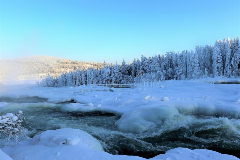 Storforsen in einer fabelhaften Winterlandschaft stockbild
