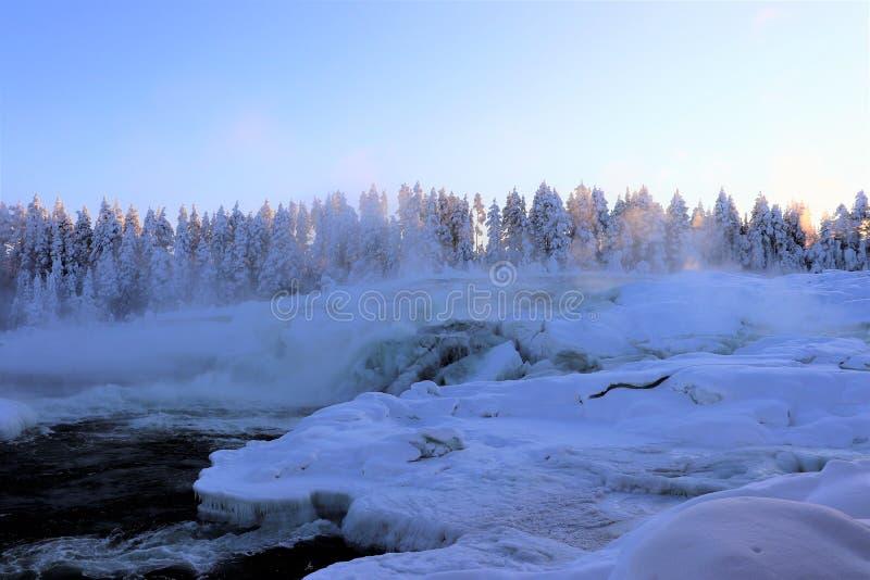 Storforsen in einer fabelhaften Winterlandschaft stockbilder