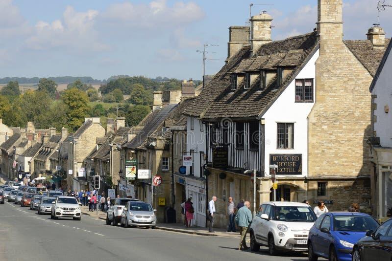 Storgatan i Burford, Oxfordshire, England arkivbilder