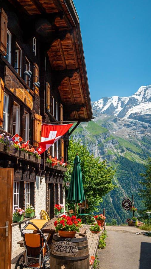 Storia delle capanne di legno di Gimmelwald nelle Alpi svizzere - SVIZZERE ALPS, SVIZZERA - 22 LUGLIO 2019 fotografia stock
