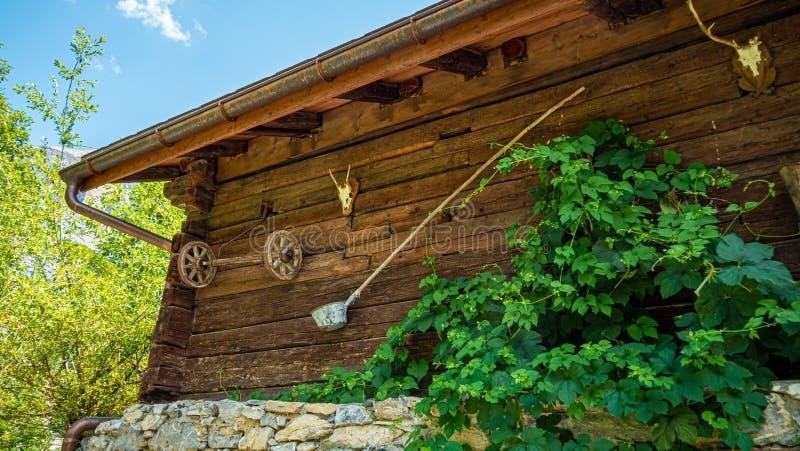 Storia delle capanne di legno di Gimmelwald nelle Alpi svizzere - SVIZZERE ALPS, SVIZZERA - 22 LUGLIO 2019 immagini stock libere da diritti