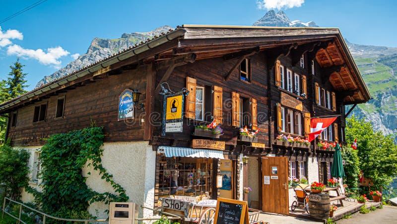 Storia delle capanne di legno di Gimmelwald nelle Alpi svizzere - SVIZZERE ALPS, SVIZZERA - 22 LUGLIO 2019 fotografia stock libera da diritti