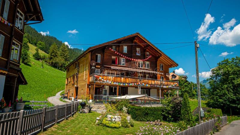 Storia delle capanne di legno di Gimmelwald nelle Alpi svizzere - SVIZZERE ALPS, SVIZZERA - 22 LUGLIO 2019 fotografie stock