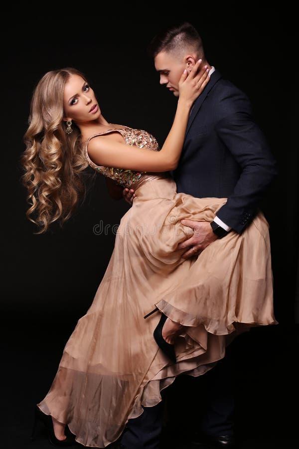 Storia di amore belle coppie sexy donna bionda splendida ed uomo bello fotografia stock libera da diritti